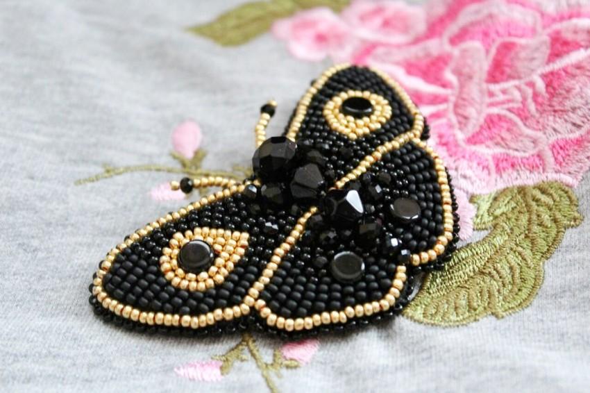 Brosh-iz-bisera-svoimi-rukami-3 Брошь из бисера своими руками: схемы плетения и советы начинающим по созданию украшения (130 фото)